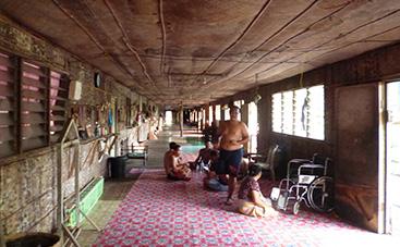 イバン族のロングハウス(長屋式住居) でホームステイ