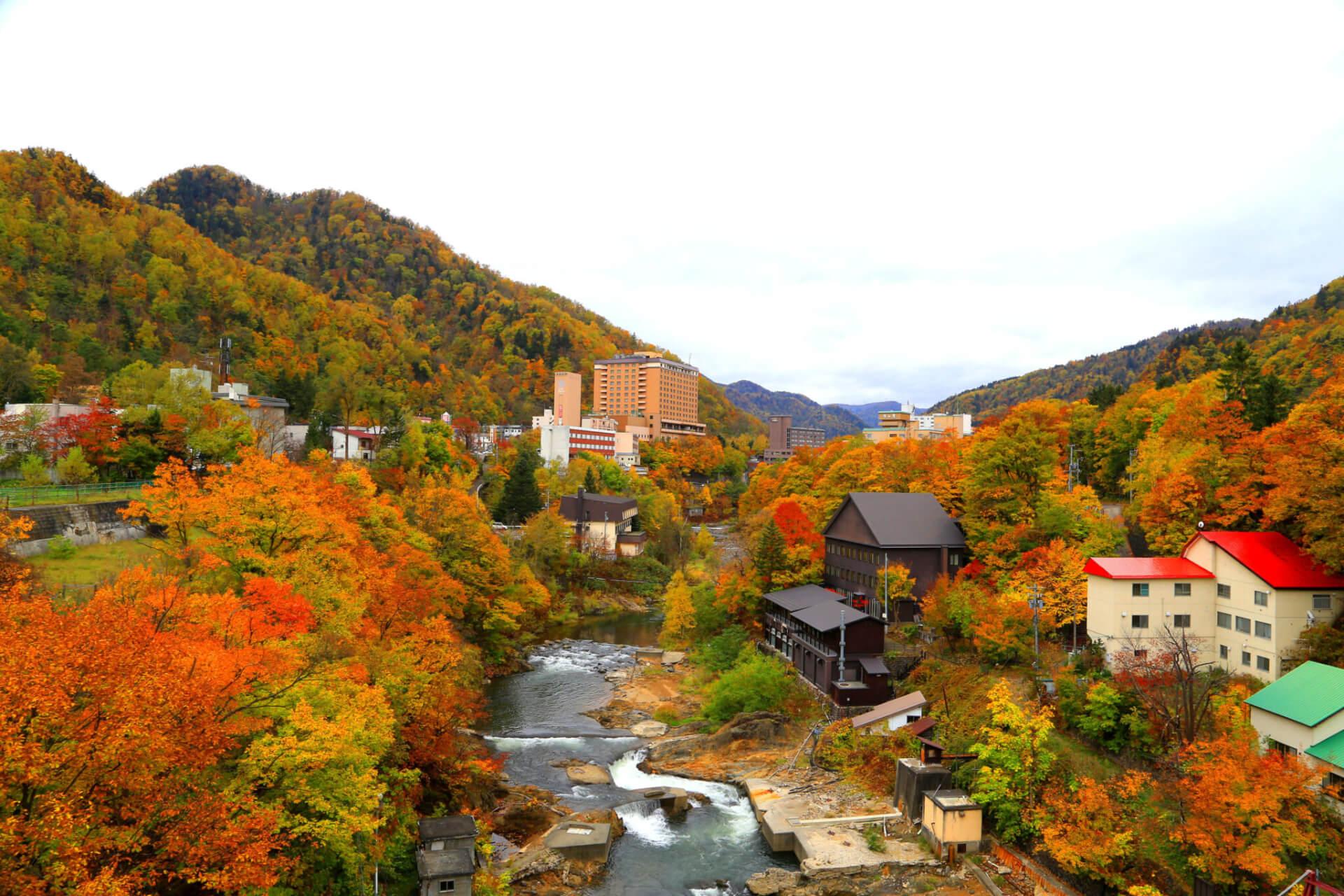 【国内・北海道】 紅葉の朝日岳、夕日岳ハイキングと豊平峡ダム、定山渓温泉の旅